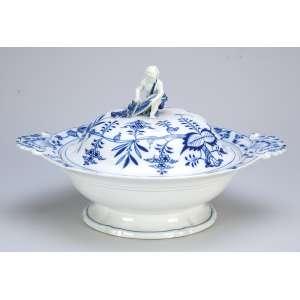 Sopeira de porcelana de Meissen, azul e branca, decoração conhecida como cebolinha.<br />33 x 27,5 x 20 cm de altura. Alemanha, séc. XX.