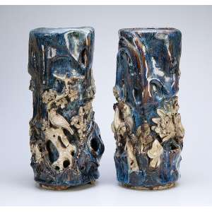 Par de vasos de porcelana, cilíndricos, totalmente decorados em relevo com animais, <br />aves e personagens. 16 cm de diâmetro x 40 cm de altura.(pequenas faltas). China, séc. XIX.