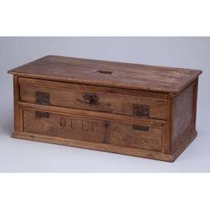 Antiga caixa de madeira, esmoleiro. Portinhola, basculante na face frontal <br />e a inscrição OFERTA, 53 x 27 x 21 cm de altura. Brasil, séc. XIX.