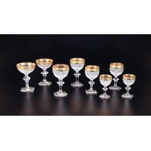 Conjunto tête-a-tête de finos cálices de cristal lapidado em micro bico de jaca, borda com barrado dourado, composto de: duas taças para champanhe, dois cálices para vinho tinto, dois para vinho branco e dois para vinho do porto, totalizando oito peças. Europa, séc. XX.