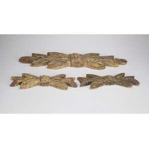 Três feixes de talha rústica à guisa de penas com caráter indígena; um maior de 15,5 x 59 cm de comprimento (ou altura), com sinais de pintura; as duas outras à semelhança da maior medem cada uma 9,5 x 29 cm de comprimento. Brasil, séc. XVIII.
