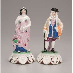 Par de bibelôs de porcelana de Paris representando homem com chapéu de três bicos <br />e mulher com vestido rosa floral. 19 e 18 cm de altura. França, séc. XIX.