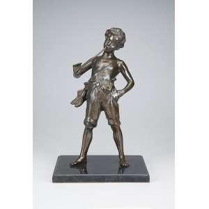 Escultura de bronze patinado, sobre base de mármore, menino tocando flauta, descalço, <br />portando os sapatos e trouxa junto a cintura. 39 cm de altura. Europa, séc. XIX/XX.