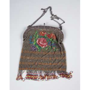 Bolsa constituída por malha de missangas colorida em desenho floral. Feixo de prata. <br />17 x 20 cm. U.S.A. séc. XX.