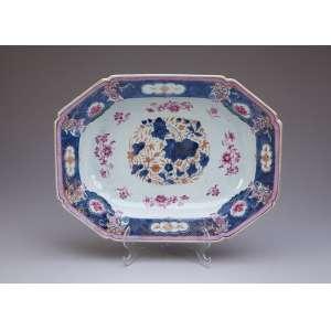 Travessa funda de porcelana Cia das Índias, retangular com cantos recortados, decoração <br />floral em esmaltes da família rosa. 33,5 x 25,5 cm. China, Qing Qianlong (1736-1795).