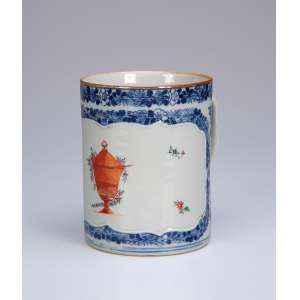 Caneca de porcelana Cia das Índias, decoração floral em azul sobre a coberta, reserva com ânfora e pequenas flores em esmaltes da família rosa. 11 cm de diâmetro x 13,5 cm de altura. China, Qing Qianlong (1736-1795).