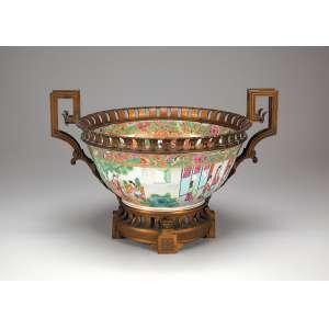 Centro de mesa de porcelana policromada e dourada no padrão Mandarim. Base, alça e beiral de <br />fino bronze cinzelado. 42 cm de diâmetro x 28,5 cm de altura. China e França, séc. XIX.
