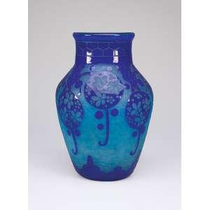 LE VERRE FRANÇAIS <br />Vaso de vidro artístico, art deco, decoração floral azul, sobre fundo azul claro. <br />24 cm de diâmetro x 35 cm de altura. Assinado na base. França, c. 1930.