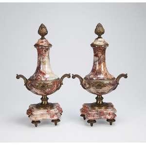 Par de ânforas de mármore com ornamentos de bronze dourado. Base recortada apoiada sobre quatro pés. <br />46 cm de altura. França, séc. XIX.