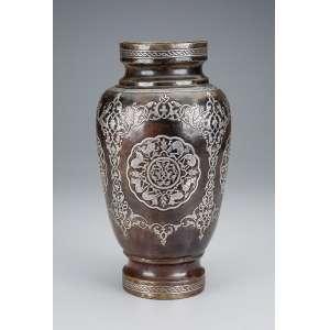 Antigo vaso de metal dourado, com incrustações de prata a maneira das peças persas. <br />30 cm de altura. Oriente Médio, séc. XIX.