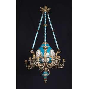 Raro e importante lustre com bojo e alças suspensórias de porcelana de Sèvres azul celeste, <br />três cupidos de bronze cinzelado e dourado, cada um com quatro braços para velas. <br />65 cm de diâmetro x 120 cm de altura. França, séc. XIX.