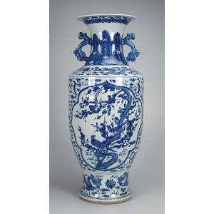 Jarrão de porcelana azul e branca bojo decorado com duas reservas com mistura de paisagem e pássaros, duas alças em forma de dragão, bocal de corneta. 29,5 cm de diâmetro x 89 cm de altura. China, séc. XIX.