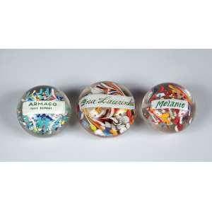 Conjunto de três antigos pesos para papel, de vidro multicolorido, com as seguintes inscrições: Melanie, Dna Laurinha e Armaço. <br>Brasil, séc. XX.
