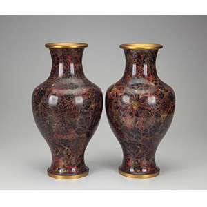 Par de vasos de cloisonné, decoração floral em tons de marrom e vermelho. <br />40 cm de altura. China, séc. XX.