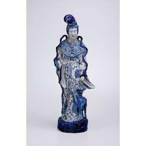 Grande estatueta de porcelana chinesa azul e branca, figura feminina com cesta de flores e animal aos pés. <br />74 cm de altura. Séc. XVIII.