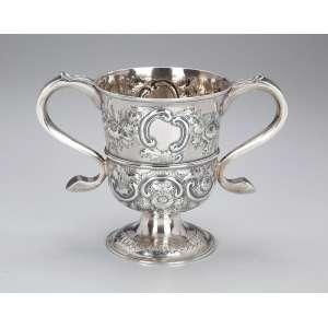 Rara e importante taça de prata inglesa, repuxada e cinzelada, decoração floral, com duas alças laterais. <br />13 cm de diâmetro x 16,5 cm de altura. Contraste de Newcastle para 1758 e do prateiro John Langlands.