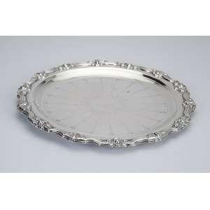 Bandeja de prata, circular com borda recortada em volutas. 23,5 cm de diâmetro. <br />Plano com monograma HG. Itália, séc. XX.