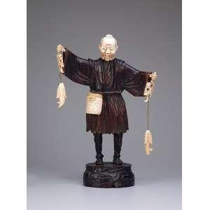 Pescador, escultura de madeira com peixes, samburá e rosto de marfim; sobre base de madeira. <br />42 cm de altura. China, séc. XIX.