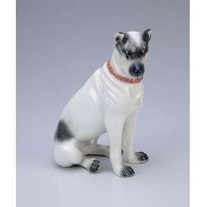 Cão sentado<br />Escultura moldada em porcelana branca e cinza. 13 x 16 cm. Europa, séc. XX.