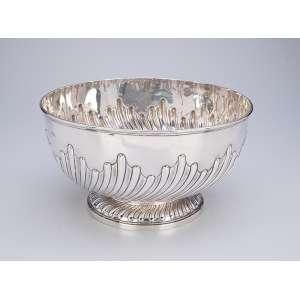 Grande bowl de prata inglesa vitoriana, bojo com caneluras torcidas. <br />29 cm de diâmetro x 16 cm de altura. Londres, 1887.