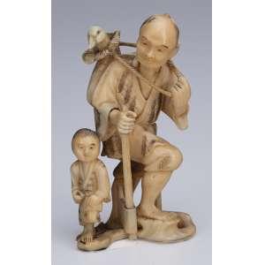 Escultura de marfim, camponês com machado, pássaro e criança a seu lado. <br />8 cm de altura. Japão, séc. XIX.