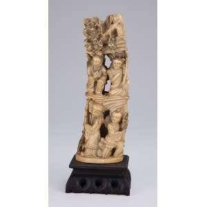 Grupo escultórico de marfim, composto de quatro figuras divididas em dois patamares. <br />28 cm de altura. Assinado. China, séc. XIX.