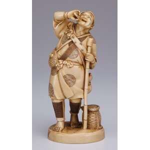 Escultura de marfim, agricultor com bolsa a tiracolo e balaio ao seu lado. <br />16,5 cm de altura. Assinado. Japão, séc. XIX.