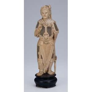 Escultura de marfim, guerreiro com indumentária de combate. <br />31 cm de altura. China, séc. XIX.