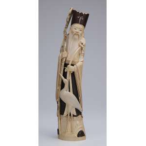Grande escultura de marfim com detalhes patinados. Ancião com cajado e garça a seus pés. <br />47 cm de altura. China, séc. XIX.