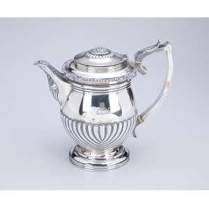 Bule para chá de prata inglesa georgeana, meio bojo em caneluras torcidas. <br />22 cm de altura. Londres 1817. Prateiro T. Robins.