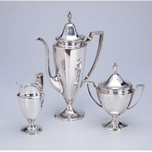 Serviço para café de prata, composto de bule para café, cremeira e açucareiro. 27 cm de altura, o bule. <br />Sob a base a marca de Tiffany & CO. Sterling Silver. USA, século XX.