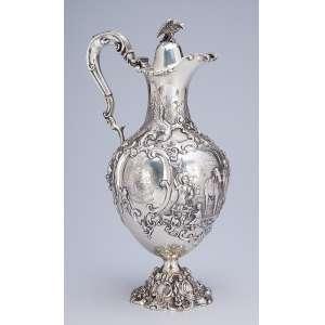 Jarra com tampa de prata inglesa vitoriana, bojo com flores, animais e personagens. <br />Tampa encimada por águia. 36 cm de altura. Londres, 1844. Prateiro J&J Aldous.