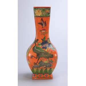 Vaso de porcelana Cia das Índias, policromada, decorado com flores e pássaros sobre fundo rouge-de-fér. <br />36,5 cm de altura. China, Qing Jiaquing (1795-1820).