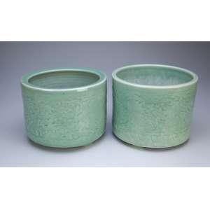 Par de cachepôs cilíndricos de porcelana celadom verde. 24 cm de diâmetro x 19,5 cm de altura. <br />China, séc. XX.
