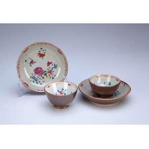 Par de xícaras com seus pires de porcelana Cia das Índias, decoração floral sobre esmalte conhecido <br />como Batávia ou Chocolate. China, séc. XVIII.