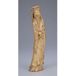 Escultura de marfim, figura masculina de barba com katana em seu costado. Base de madeira. <br />36 cm de altura. China, séc. XIX.