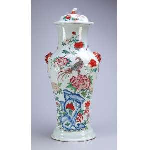 Grande potiche de porcelana Cia das Índias, decoração floral com a fênix e borboletas. Falsas alças <br />laterais e pega da tampa em vegetal. 59 cm de altura. China, Qing Qianlong (1736-1795).