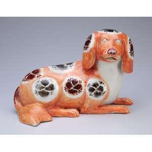 Cão. Porcelana Cia das Índias. 24 x 14 x 16,5 cm de altura. China, séc. XIX.