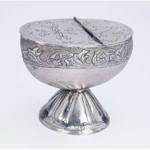 Naveta de prata ovalada, repuxada, cinzelada e martelada. Decoração com barrado floral. <br />América do Sul, séc. XIX.