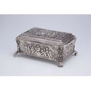 Caixa de prata, retangular, ornamentada por cupidos. 24 x 17,5 x 11 cm de altura. <br />Marca do teor 800. Europa, séc. XX.
