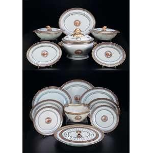 Serviço de porcelana Cia das Índias, decoração com vista pequena. Contendo: 1 sopeira com seu présentoir, duas legumeiras com tampa, saladeira, 22 pratos rasos, 17 pratos fundos, 19 pratos para sobremesa, 11 pratos para caldo, grande travessa oval, treze travessas ovais, e uma grande travessa com grelha. China, Qing Jiaqing <br />(1796-1820). Total 88 peças.