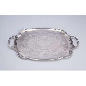 Bandeja de prata, repuxada e finamente cinzelada. Borda recortada. <br />40 x 27,5 cm. Contraste para a prata russa de 1873.