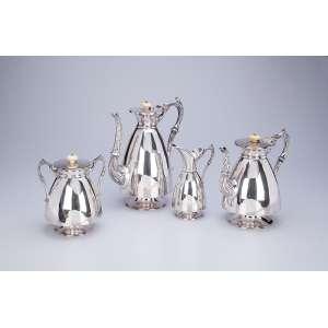 Serviço para chá e café de prata inglesa vitoriana, composto de: bule para chá, bule para café, <br />leiteira e açucareiro. Bojo liso, pega das tampas de marfim. Sheffield, 1870.