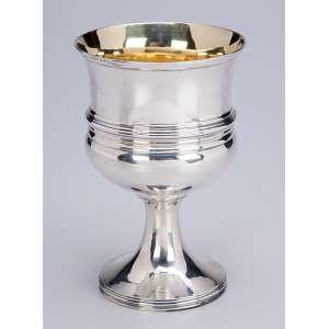 Cálice de prata inglesa georgeana, bojo com faixa canelada. Internamente vermeil. <br />16 cm de altura. Londres, 1807. Prateiros T. & J. Guest e Josh Cradock.