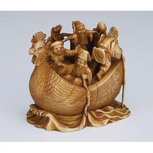 Pequeno grupo escultórico de marfim, barco com sete figuras a bordo. <br />6 cm de altura. Assinado. Japão, séc. XIX.