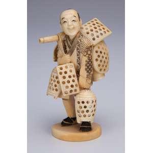 Escultura de marfim, vendedor ambulante com cestos. 11 cm de altura. <br />Assinada. Japão, séc. XIX