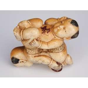 Escultura de marfim, malabaristas. 8 cm de altura. <br />Japão, séc. XIX.