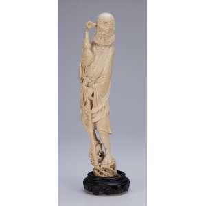 Escultura de marfim, ancião com cajado e bilha em suas mãos. Base de madeira. <br />34 cm de altura. Japão, séc. XIX.