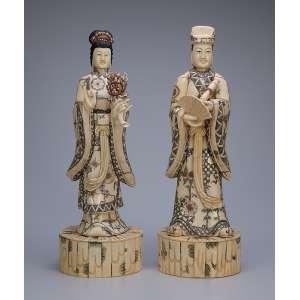 Duas esculturas de marfim, com detalhes em policromia, casal de nobres. <br />44 cm de altura cada. China, séc. XX.