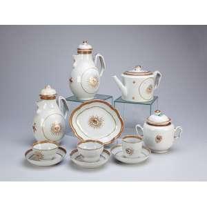 Serviço para chá e café de porcelana Cia das Índias, composto de: bule para chá, bule para café, leiteira, açucareiro, 12 xícaras para chá com seus pires, seis xícaras para café com seus pires, três xícaras sem alça com seus pires e covilhete, totalizando 26 peças. China, Qing Jiaqing (1796-1820).